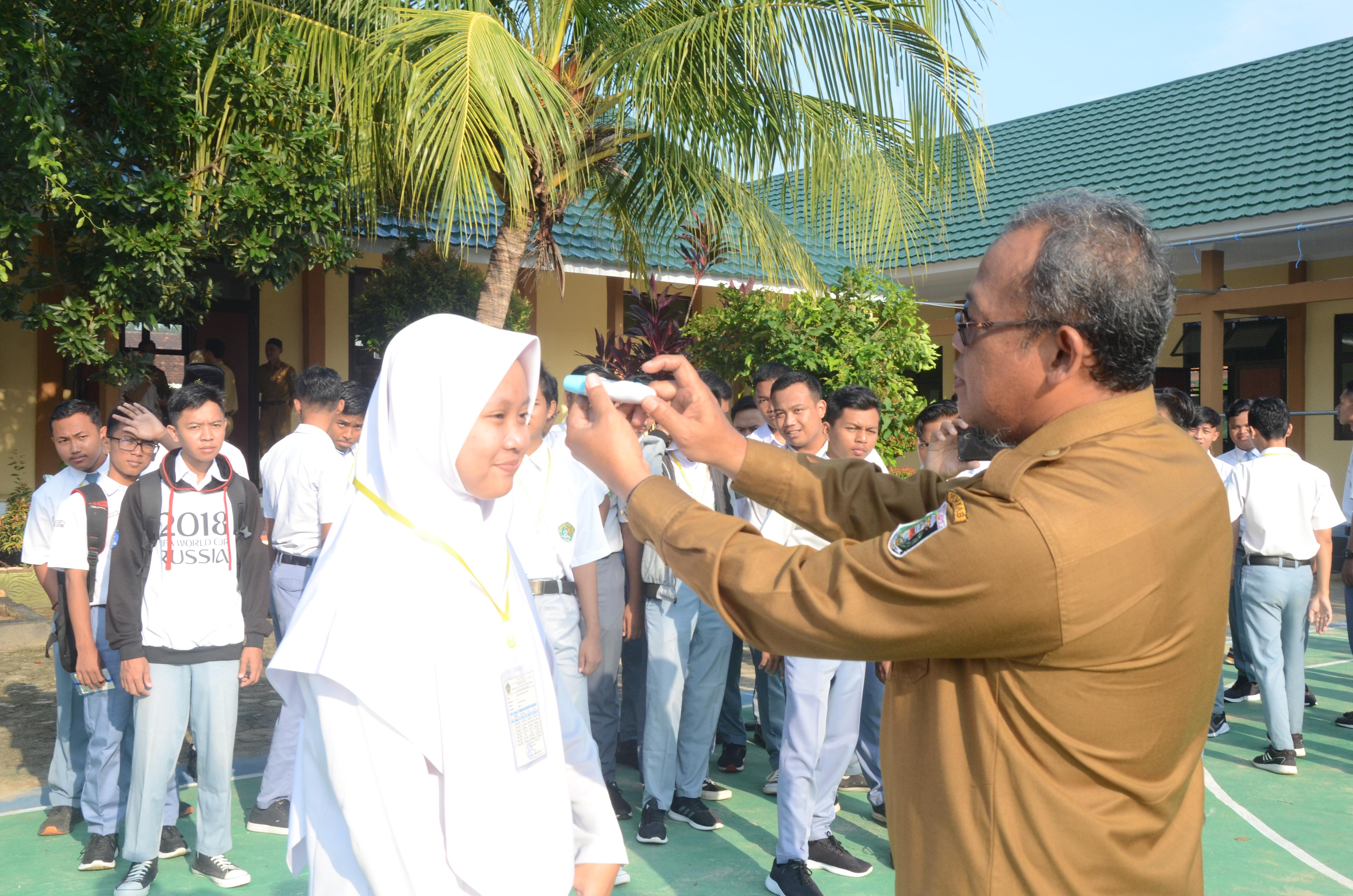 Sosialisai Covid-19 dan Cek Suhu Tubuh di MAN 1 Lampung Timur